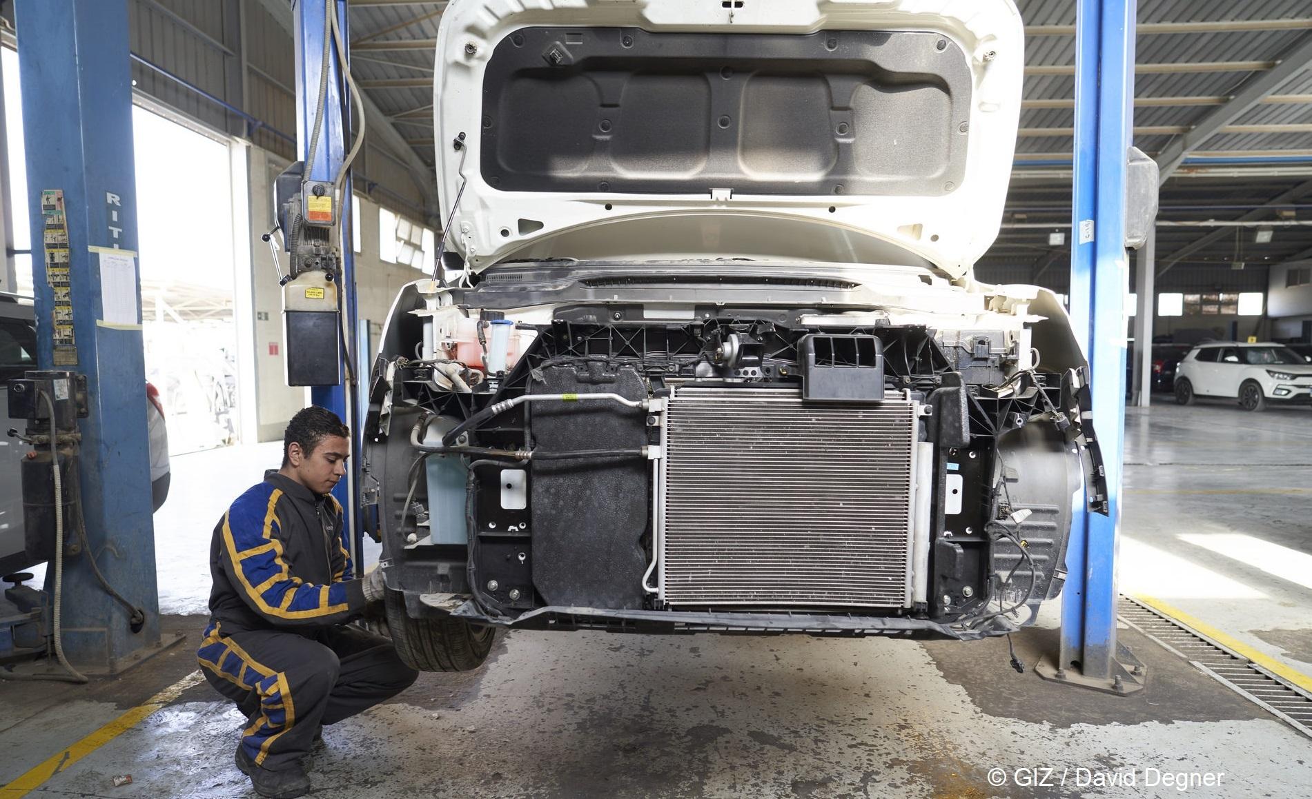 Mechaniker arbeitet an Auto