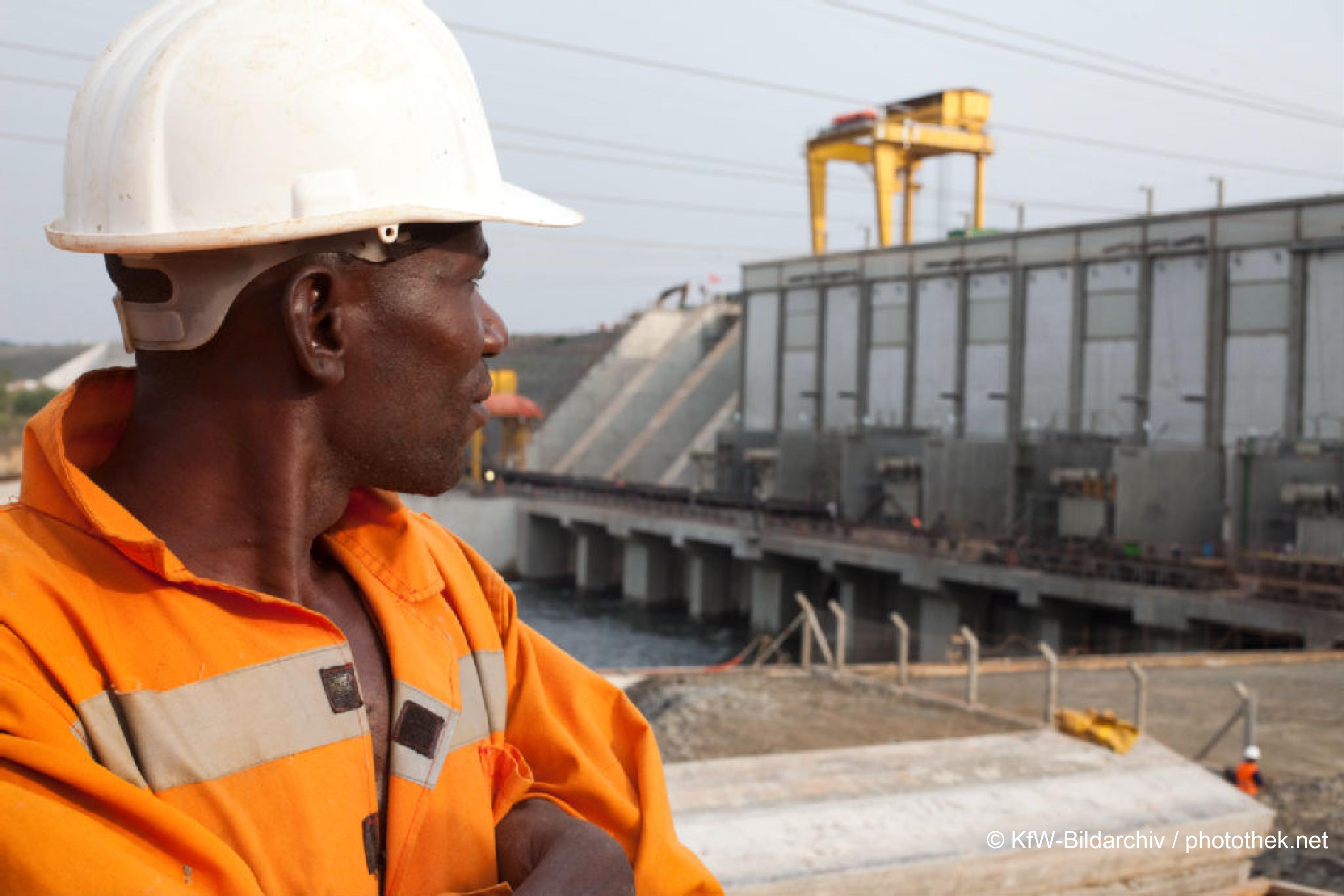 Bauarbeiter schaut zu Baustelle
