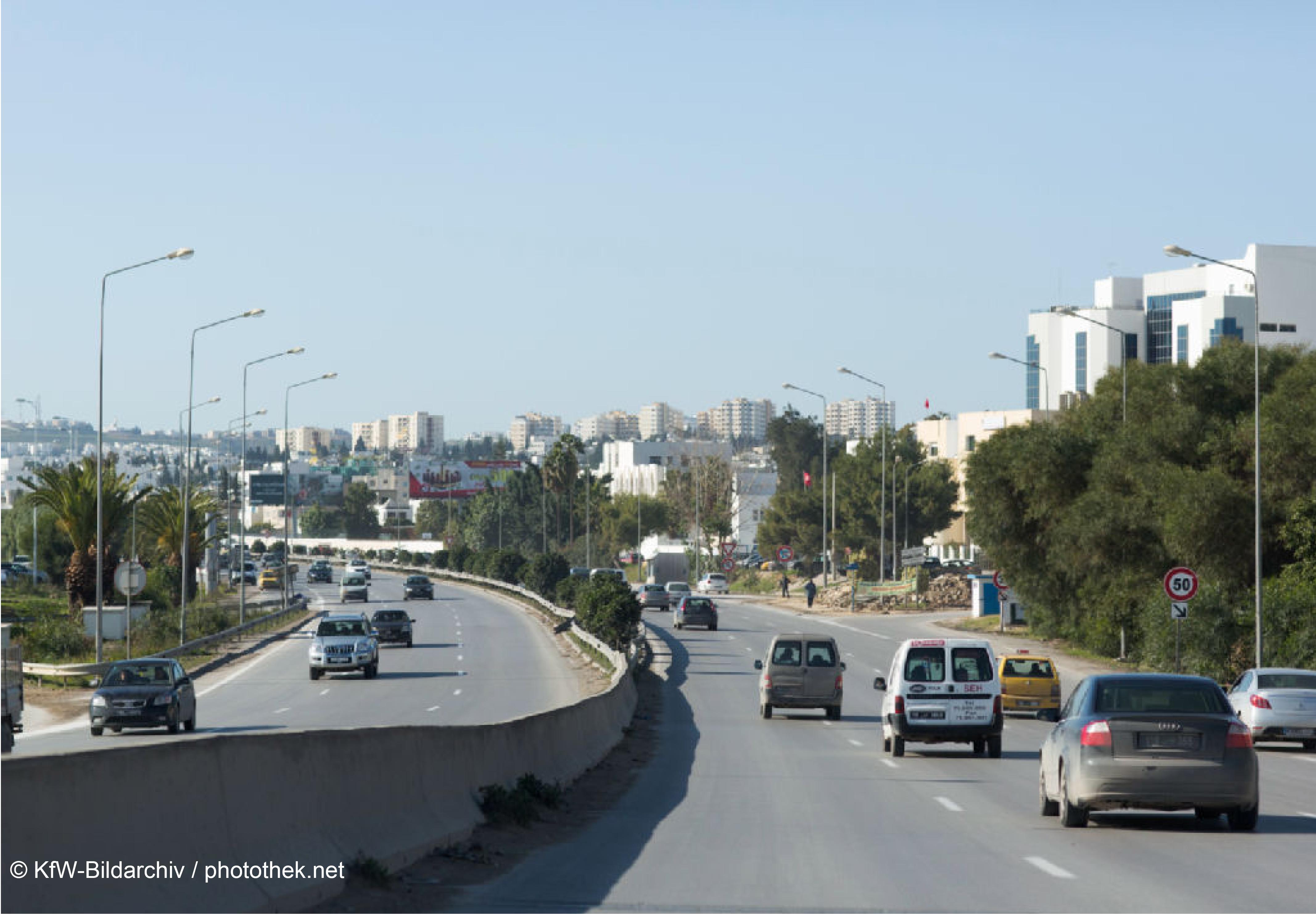 Viel befahrene Straße in Tunesien