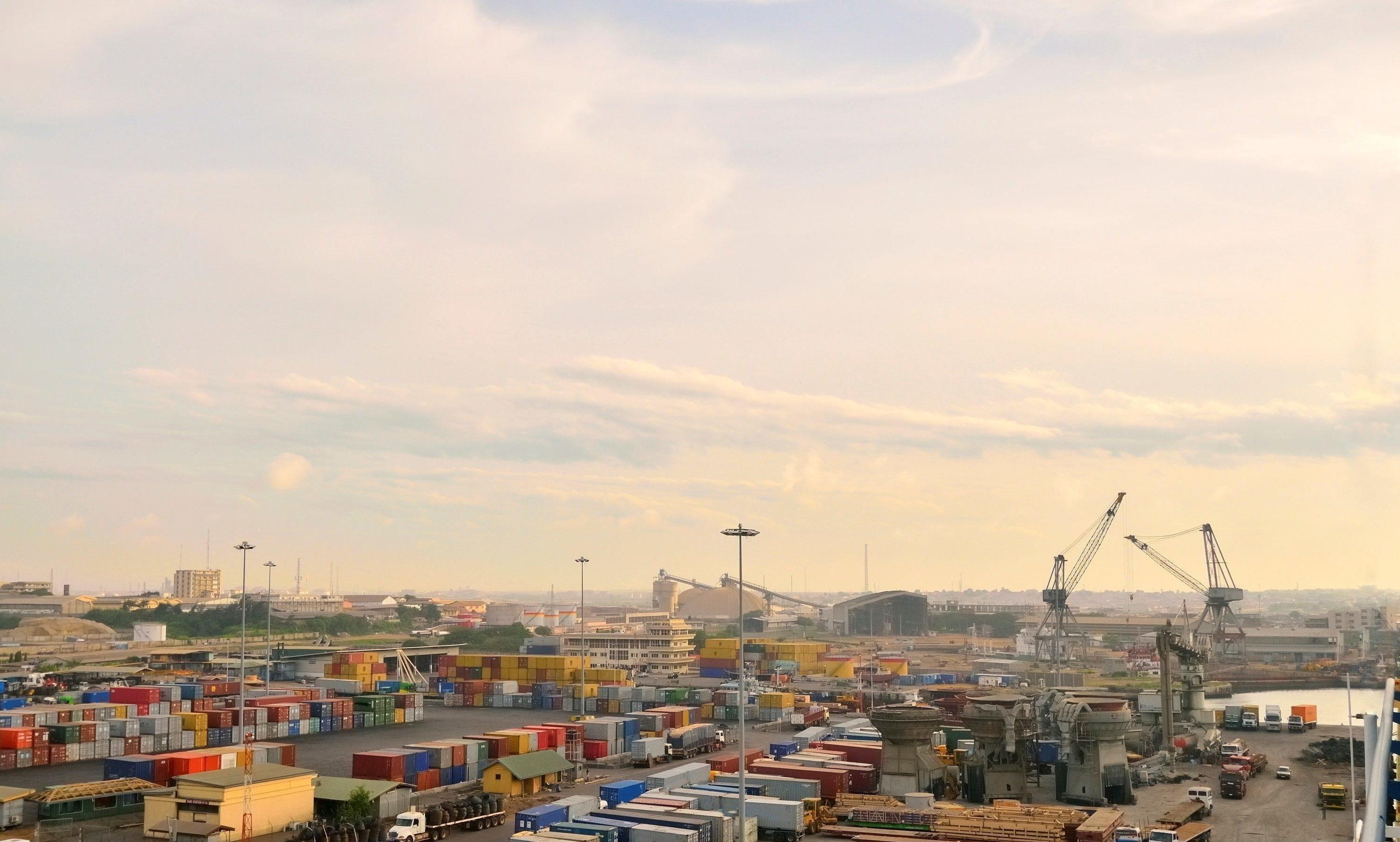 Hafen in Ghana  mit Kränen, Lkw und Containern