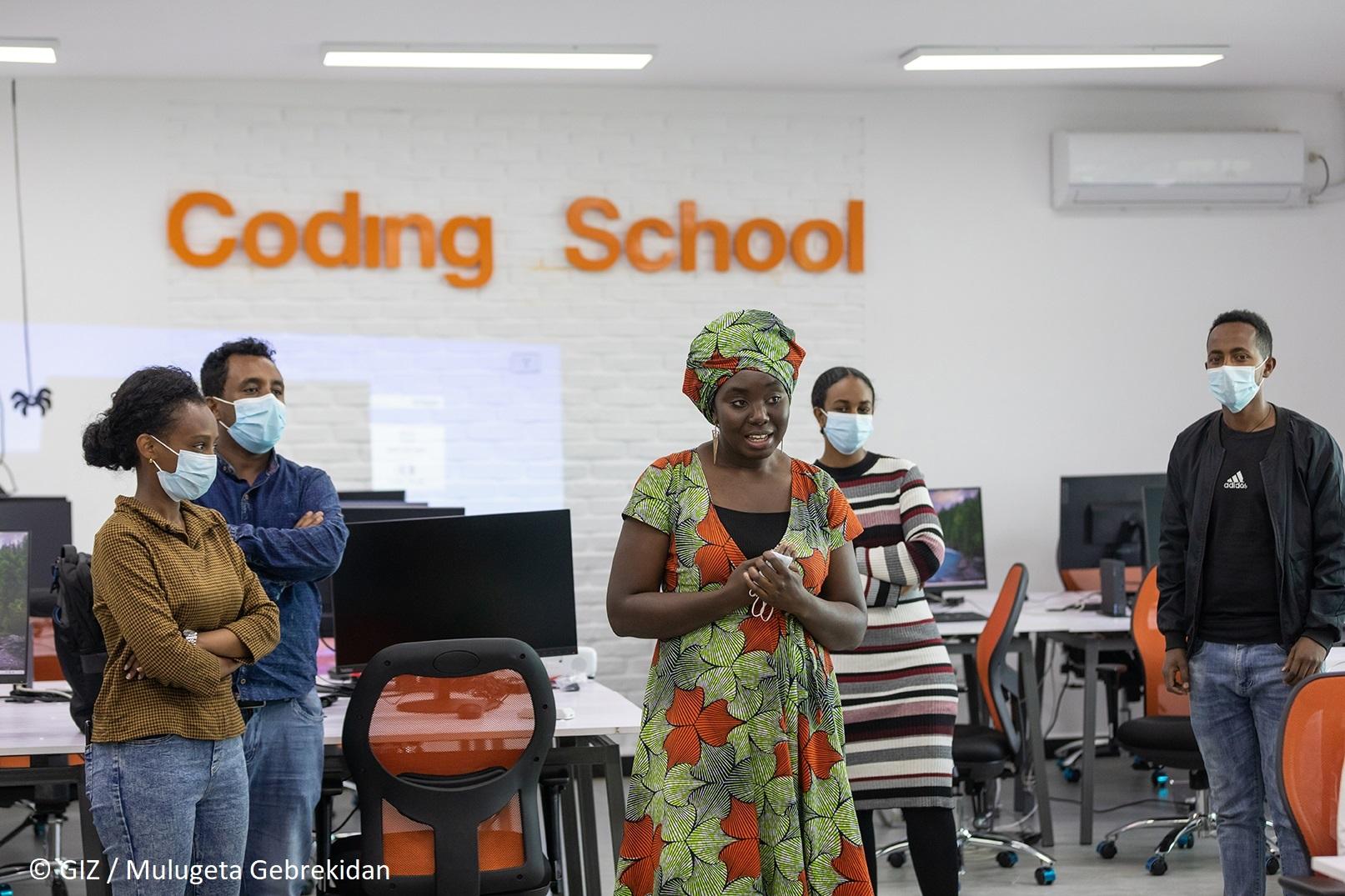 Frau des ODC - Orange Digital Center - spricht in einer Programmierschule
