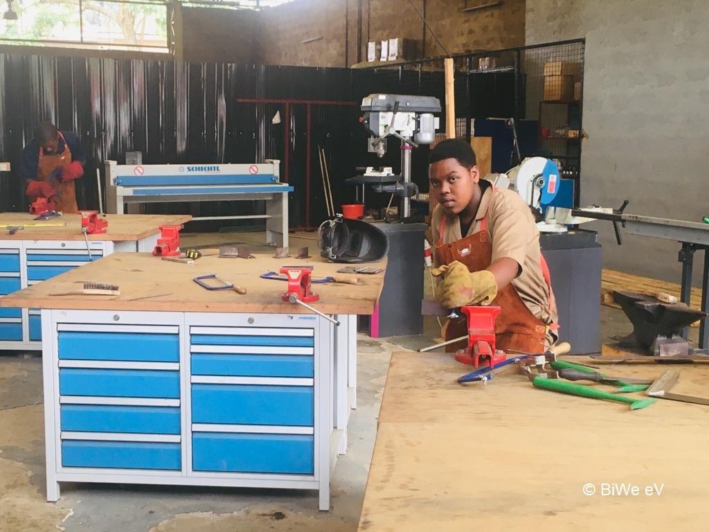 Personen arbeiten in Werkstatt