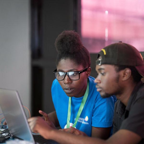 Deux personnes sont assises devant un ordinateur