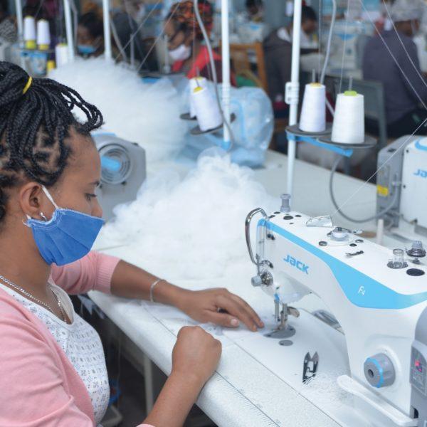 Les femmes cousent du tissu