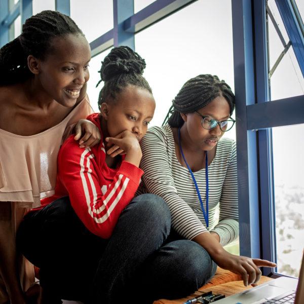 Mehrere Frauen sitzen vor einem Laptop